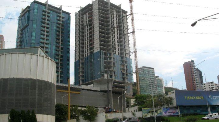 Instalan fachada de edificio de 28 niveles