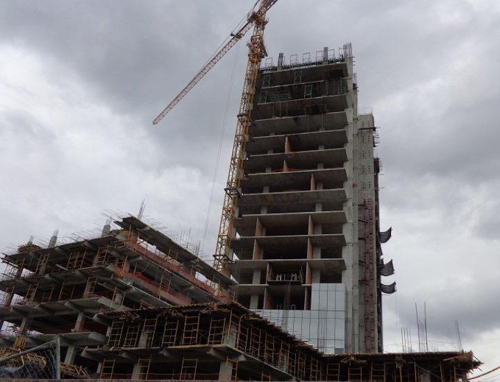 Inicia instalación de fachada en torre de oficinas