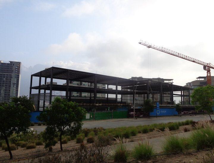 Levantan estructura de plaza comercial en Valle Poniente