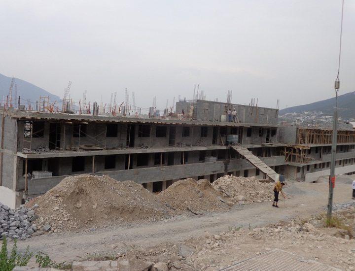 Edifican tercer nivel de departamentos en La Huasteca