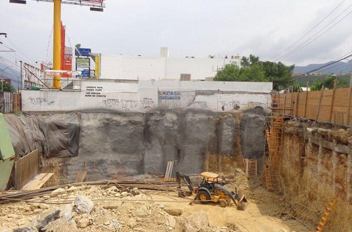 Ejecutan cimentación de plaza comercial en Las Brisas