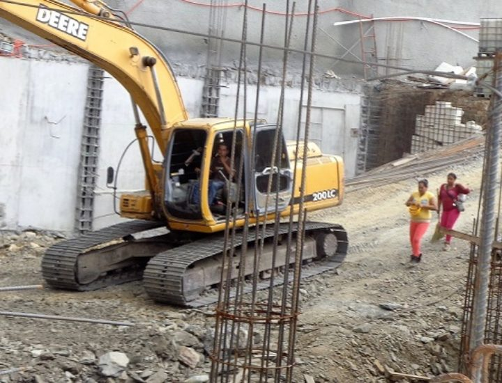 Arranca cimentación de obra comercial en Valle Oriente