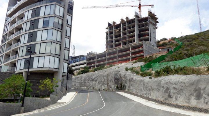 Levantan torre de departamentos en Loma Larga