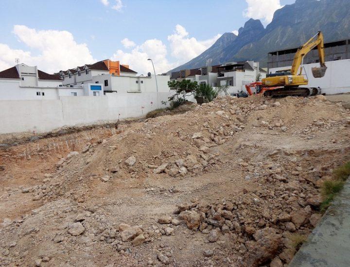 Preparan terreno para obra comercial en Puerta de Hierro