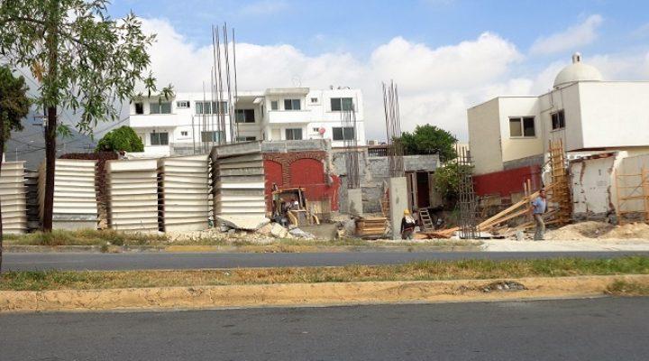 Edifican plaza comercial en Cumbres; levantan estructura de concreto