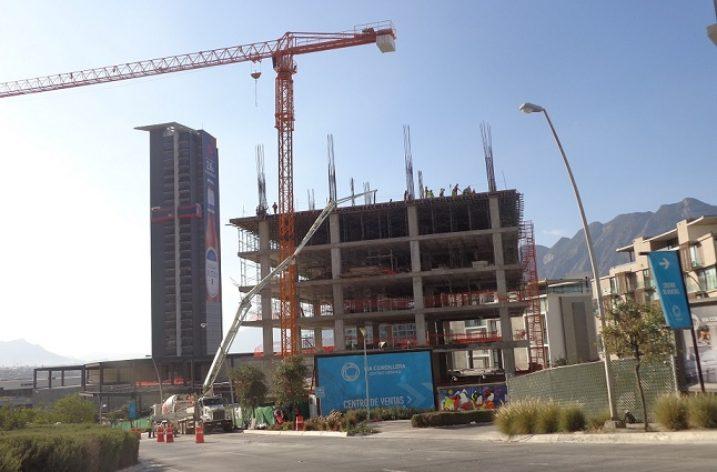 Construyen plaza con oficinas en Valle Poniente