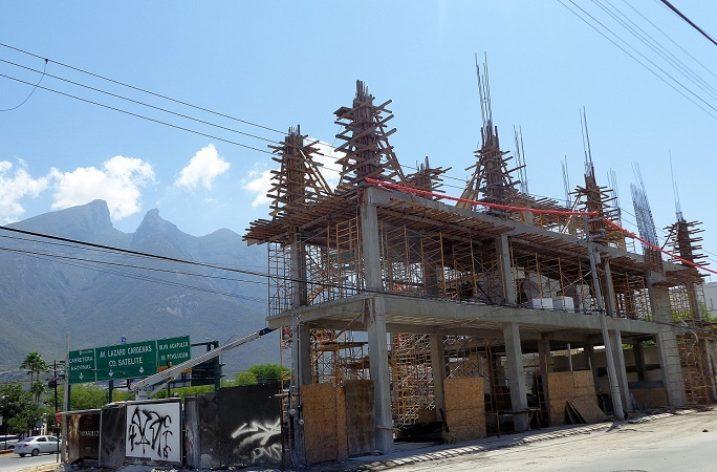 Emerge complejo comercial en Av. Garza Sada