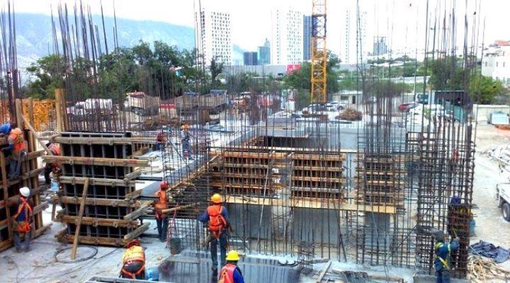 Levantan edificio de 'depas' en Santa Catarina