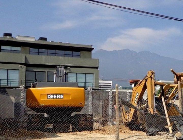 Derriban casa en San Pedro; levantarán edificio de 2 mil m2