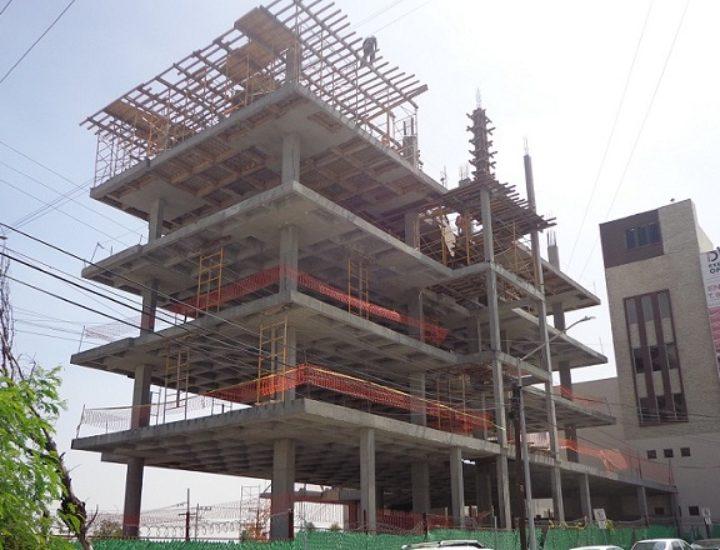 Alcanza 5to nivel edificio mixto en José Benítez