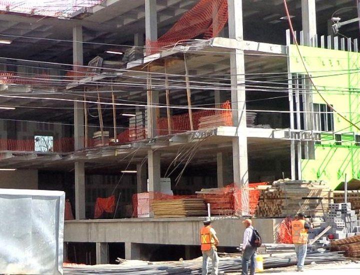 Instalan fachada de edificio médico en San Pedro