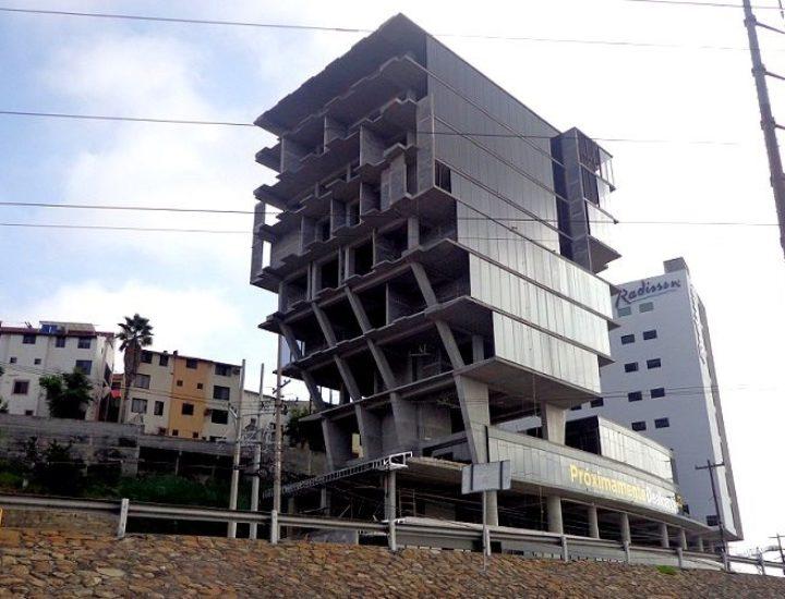Instalan fachada de torre mixta; alistan nueva etapa