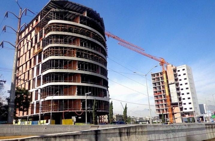 Continúan obras de conjunto de uso mixto en la Loma Larga