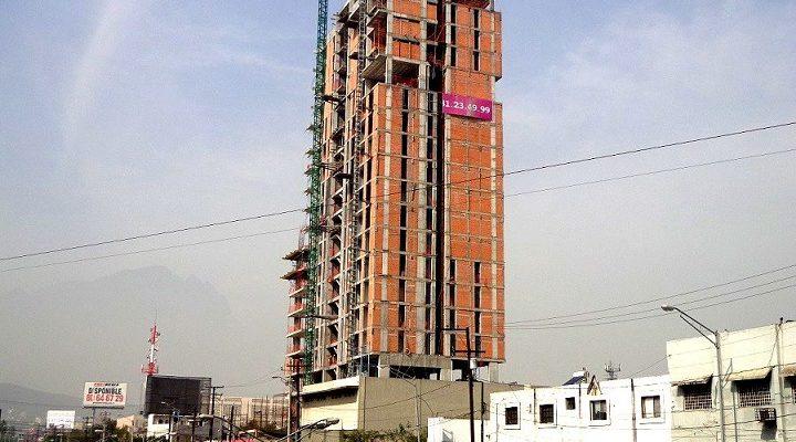 Levantan nueva sección de torre de 'depas' en Av. Madero