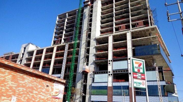Instalan fachada de complejo mixto en Centro regio