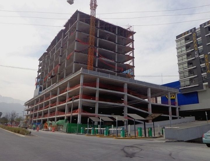 Levantan niveles superiores de edificio en Av. Revolución