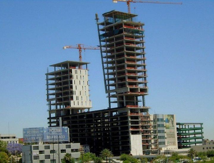 Instalan fachada de complejo multiusos en Av. Constitución