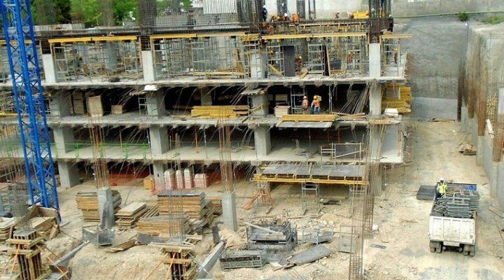Emergen primeros niveles de torre en Santa Catarina