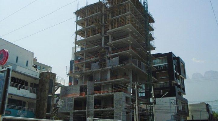 Alcanza penúltimo nivel estructura de torre en San Pedro