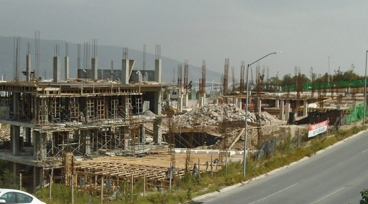 Emerge estructura de plaza comercial en Av. Leones