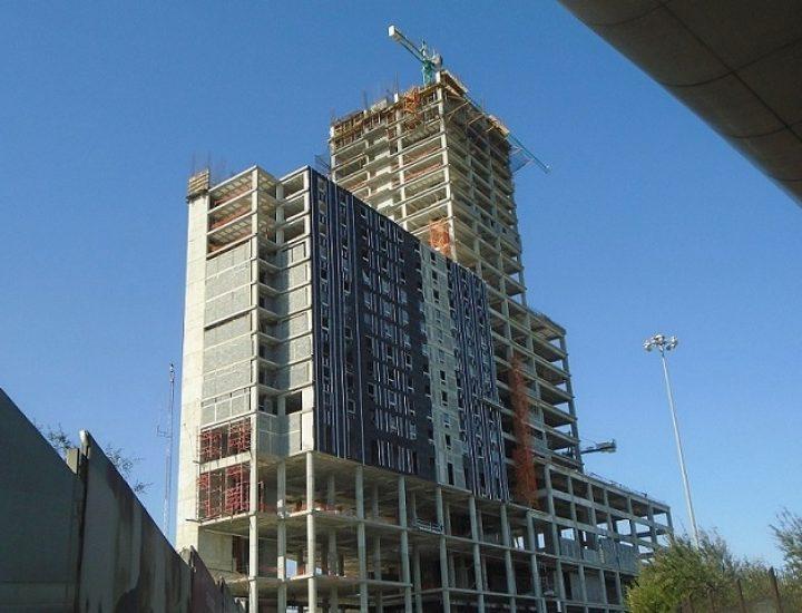 Instalan fachada de complejo mixto en Av. Fundidora