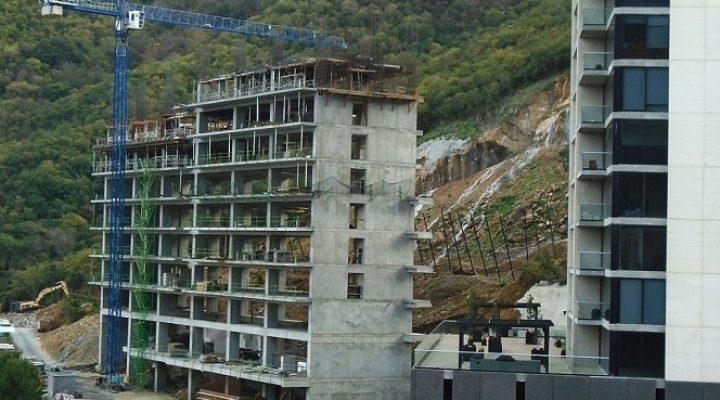 Levantan primeros niveles de torre de 'depas' al sur de MTY