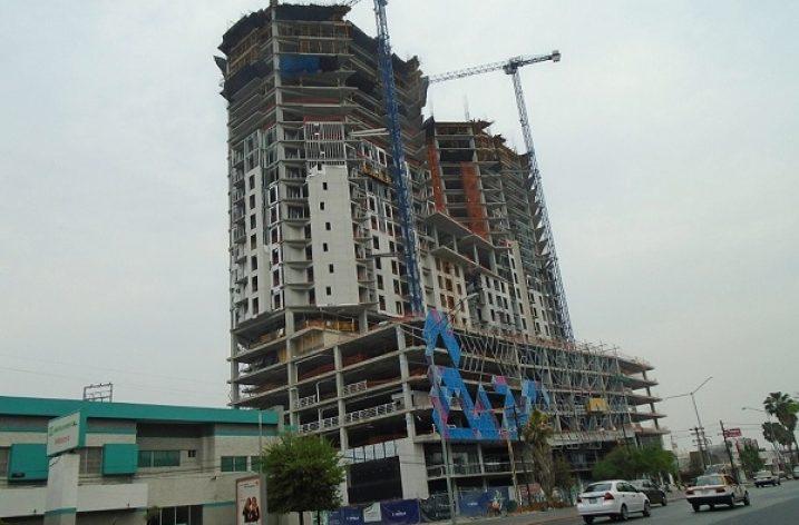 Edifican últimos niveles de complejo de dos torres en MTY