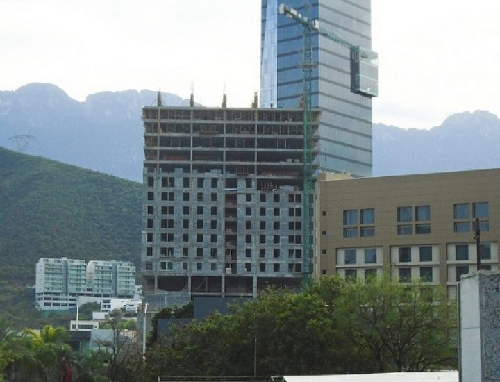 Ejecutan últimos niveles de torre multifuncional en Valle Oriente