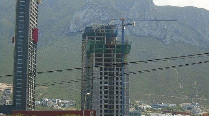 Levantan últimos niveles de complejo de 'depas' en Valle Poniente