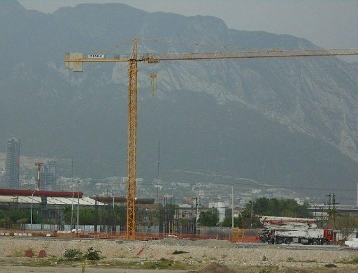 Alcanza nivel de suelo construcción de torre en Santa Catarina