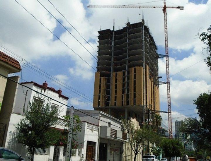 Edifican últimos niveles de torre en Distrito Alameda