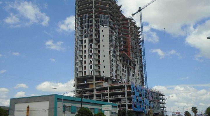 Instalan fachada de conjunto de 'depas' en Centro regio
