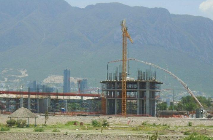 Despunta primera torre de complejo urbano en Santa Catarina