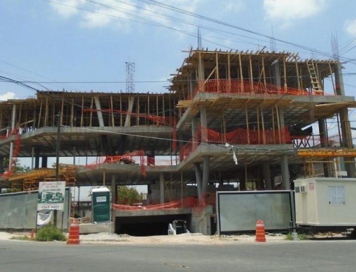 Levantan estructura de plaza con oficinas al poniente de MTY