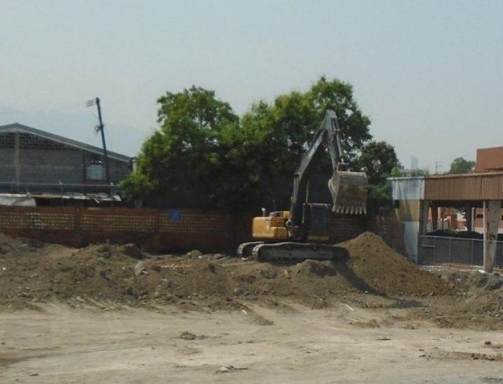 Despliegan maquinaria en terreno de proyecto mixto en MTY