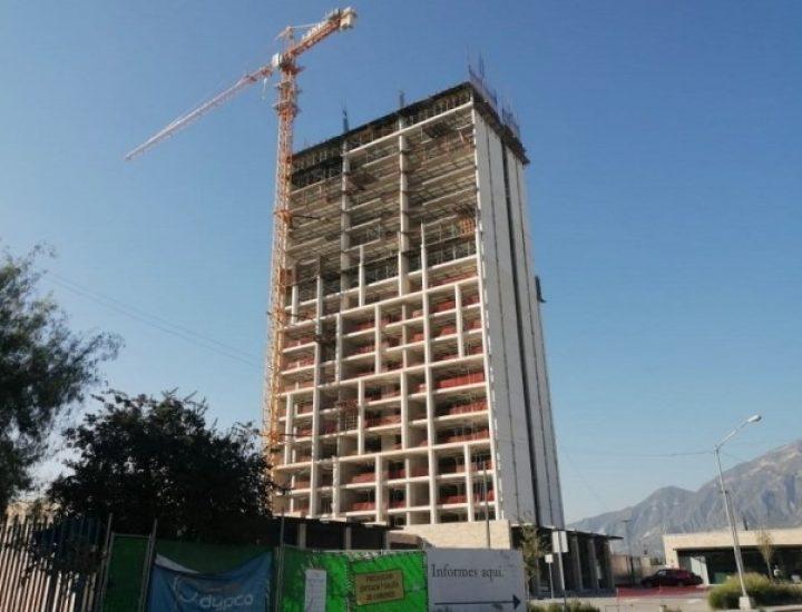 Construyen últimos niveles de torre de 'depas' en Santa Catarina