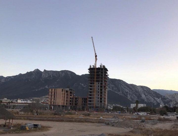 Concluye fase estructural de torre de 14 niveles en Santa Catarina