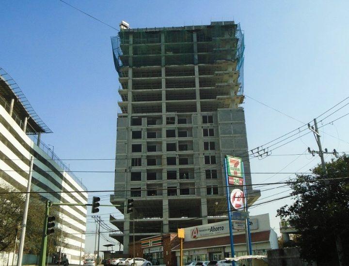 Alcanza altura final estructura de torre multiusos en Vista Hermosa