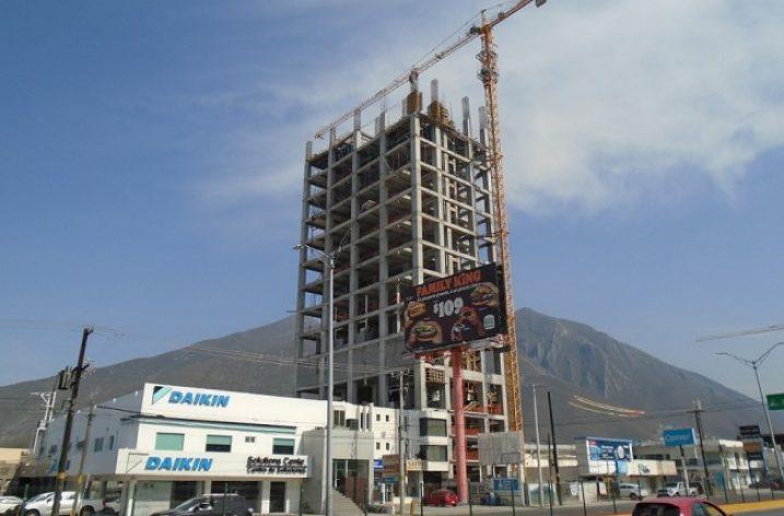 Edifican niveles superiores de condominio en Av. Garza Sada