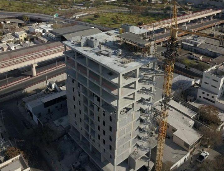 Ejecutan colado de losa tapa de torre habitacional en MTY