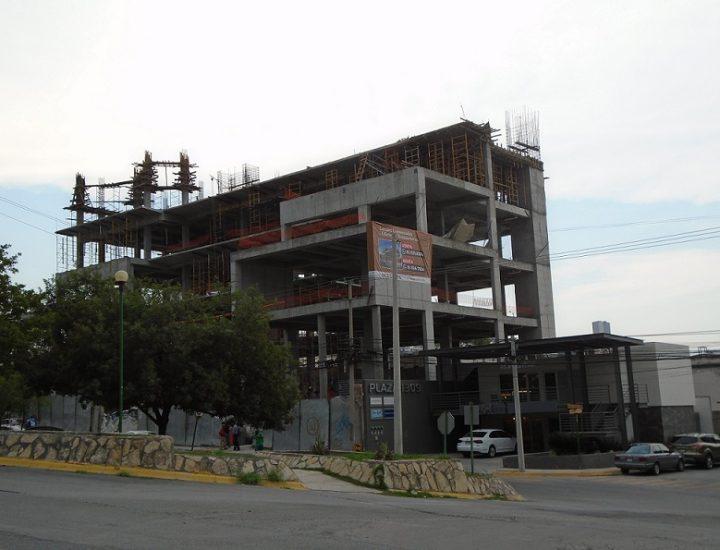 Continúa construcción de desarrollo comercial en Colinas de SJ