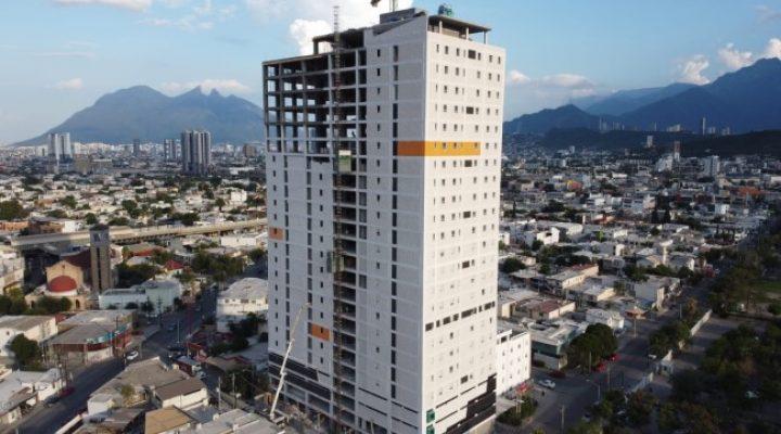 Culmina fase estructural de torre habitacional de 27 niveles